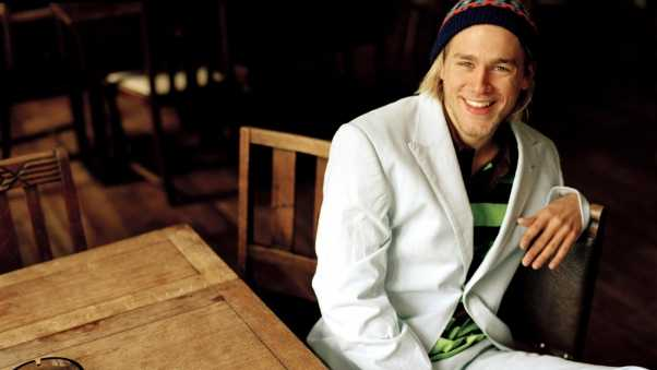 charlie hunnam, bar,  table