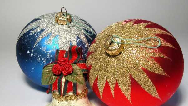 christmas decorations, balloons, couple