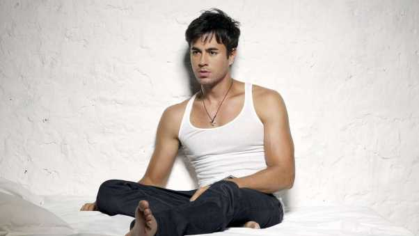 enrique iglesias, t-shirt, room