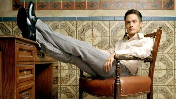 gael garcía bernal, brunette, pants