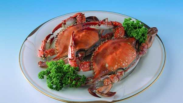 plate, crabs, greens